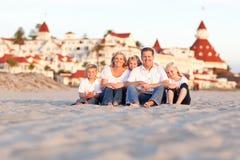 Familia caucásica feliz delante del hotel Del Coronado imagenes de archivo
