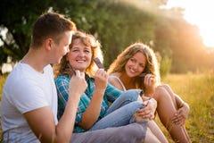 Familia caucásica feliz que come la barra de chocolate junto Imágenes de archivo libres de regalías