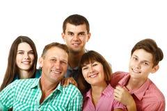 Familia caucásica grande feliz que se divierte y que sonríe sobre el CCB blanco Fotos de archivo libres de regalías