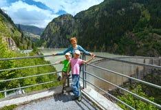 Familia cerca de la presa (Suiza) imagenes de archivo