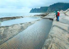 Familia cerca de los baños de marea Senja (Ersfjord dentado, Noruega, DA polar fotos de archivo libres de regalías