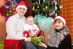 Familia cerca del árbol de navidad Fotografía de archivo