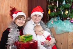 Familia cerca del árbol de navidad Imagen de archivo libre de regalías