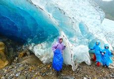 Familia cerca del glaciar de Svartisen (Noruega) Fotografía de archivo libre de regalías