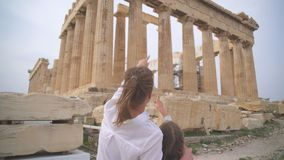 Familia cerca del Parthenon almacen de video