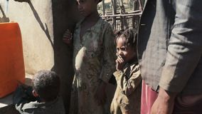 Familia cerca del punto de agua en Etiopía almacen de metraje de vídeo