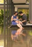 Familia china asiática joven con el hijo de 5 meses Foto de archivo libre de regalías