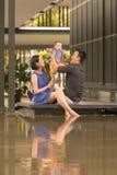 Familia china asiática joven con el hijo de 5 meses Imágenes de archivo libres de regalías