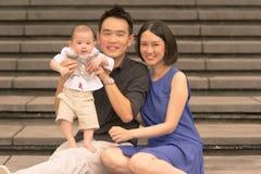 Familia china asiática joven con el hijo de 5 meses Imagen de archivo libre de regalías