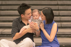 Familia china asiática joven con el hijo de 5 meses Imagen de archivo