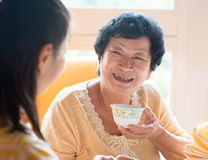 Familia china asiática que desayuna Foto de archivo libre de regalías