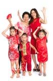 Familia china asiática que le desea un Año Nuevo chino feliz Imágenes de archivo libres de regalías