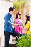 Familia china que envía a la muchacha a la escuela foto de archivo