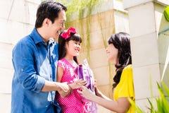 Familia china que envía a la muchacha a la escuela imágenes de archivo libres de regalías