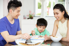 Familia china que se sienta en el país comiendo una comida Fotografía de archivo libre de regalías