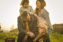Familia con dos muchachas que pasan el tiempo junto Imagen de archivo
