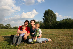 Familia con dos niños Imagen de archivo libre de regalías