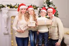 Familia con dos niños, Año Nuevo, la Navidad Imagenes de archivo