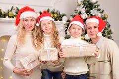 Familia con dos niños, Año Nuevo, la Navidad Foto de archivo