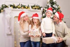 Familia con dos niños, Año Nuevo, la Navidad Fotos de archivo