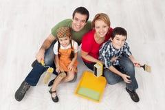 Familia con dos niños listos al pait su hogar Fotos de archivo