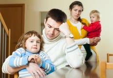Familia con dos niños que tienen pelea Foto de archivo