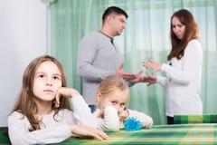 Familia con dos pequeños niños que tienen conflicto en casa imágenes de archivo libres de regalías