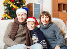 Familia con el árbol de navidad Foto de archivo libre de regalías
