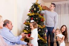 Familia con el árbol de navidad adornado Fotografía de archivo
