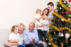 Familia con el árbol de navidad adornado Foto de archivo