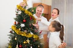 Familia con el árbol de navidad en casa Imagenes de archivo