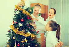 Familia con el árbol de navidad en casa Imagen de archivo