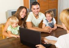 Familia con el agente de seguro Imagenes de archivo