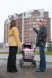 Familia con el bebé y la nueva casa Fotografía de archivo