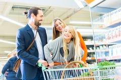 Familia con el carro de la compra en supermercado Imagenes de archivo