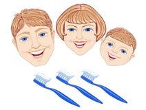 Familia con el cepillo de dientes Fotos de archivo