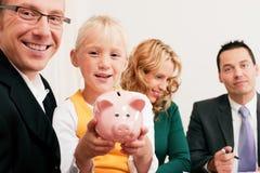 Familia con el consultor - finanzas y seguro Imagen de archivo
