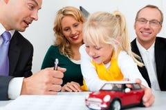 Familia con el consultor - finanzas y seguro imagenes de archivo