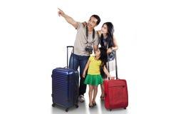 Familia con el equipaje que mira el copyspace Imágenes de archivo libres de regalías