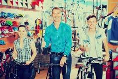 Familia con el hijo del adolescente en tienda de la bici Fotos de archivo libres de regalías