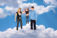 Familia con el muchacho haging en el cielo de la nube Imagen de archivo