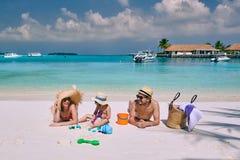 Familia con el muchacho a?o tres en la playa fotografía de archivo libre de regalías