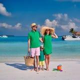Familia con el muchacho a?o tres en la playa foto de archivo libre de regalías