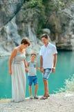 Familia con el muchacho por el río Imagen de archivo