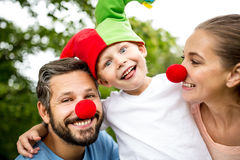 Familia con el niño en el carnaval Fotografía de archivo libre de regalías