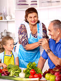 Familia con el niño que cocina en la cocina Imágenes de archivo libres de regalías