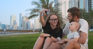 Familia con el niño que hace el selfie video almacen de metraje de vídeo