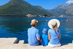 Familia con el niño que mira la visión escénica Foto de archivo libre de regalías