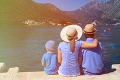 Familia con el niño que mira la visión escénica en Montenegro Fotografía de archivo libre de regalías