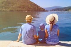 Familia con el niño que mira la visión escénica en Montenegro Foto de archivo libre de regalías